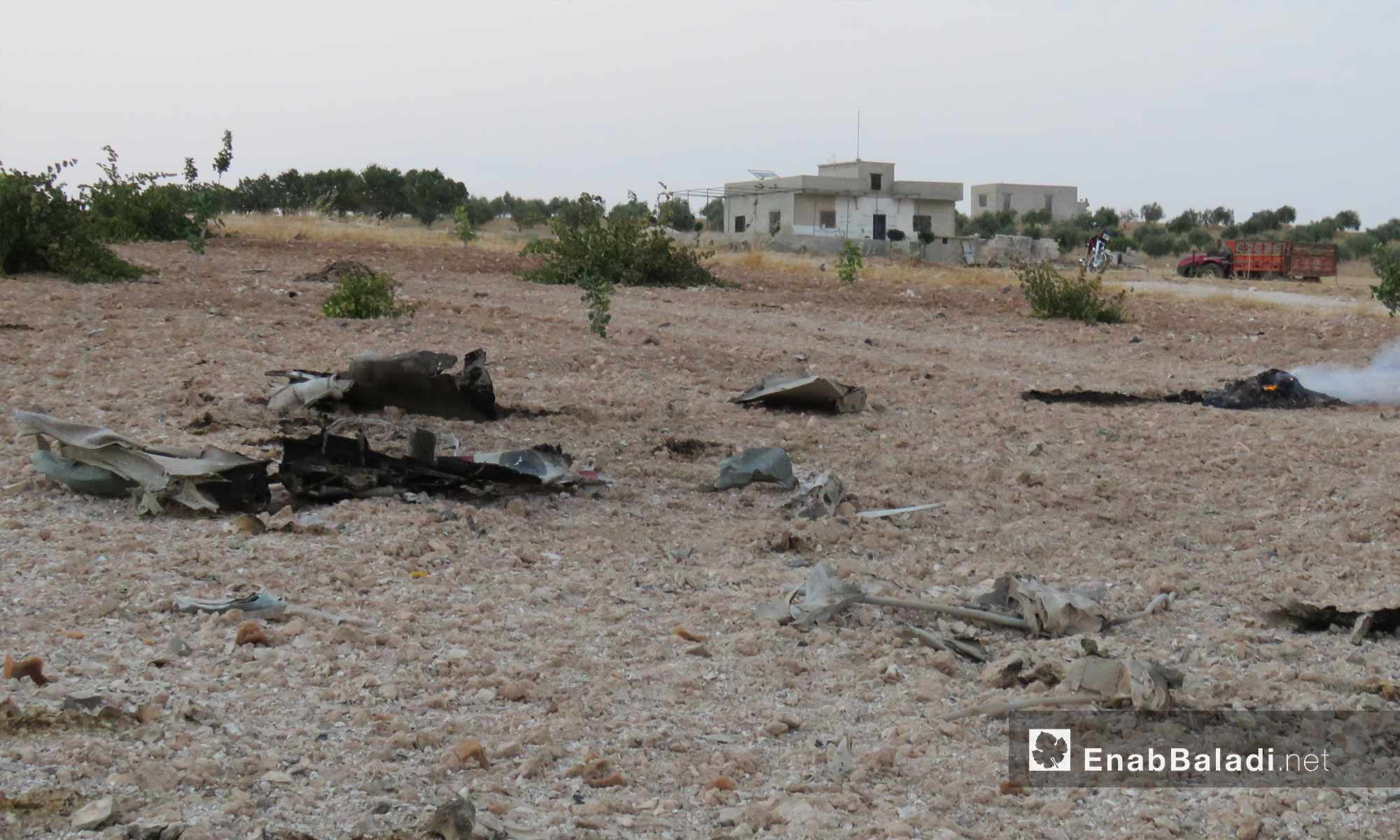 حطام طائرة حربية تابعة للنظام السوري من نوع سوخوي 22 أسقطتها الفصائل بالقرب من بلدة التمانعة في ريف إدلب الجنوبي- 14 من آب 2019 (عنب بلدي)