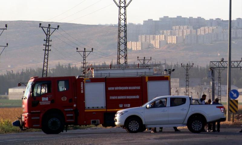 سيارات الاطفاء بالقرب من مكان الانفجارات على الحدود السورية التركية- 9 من آب (الأناضول)