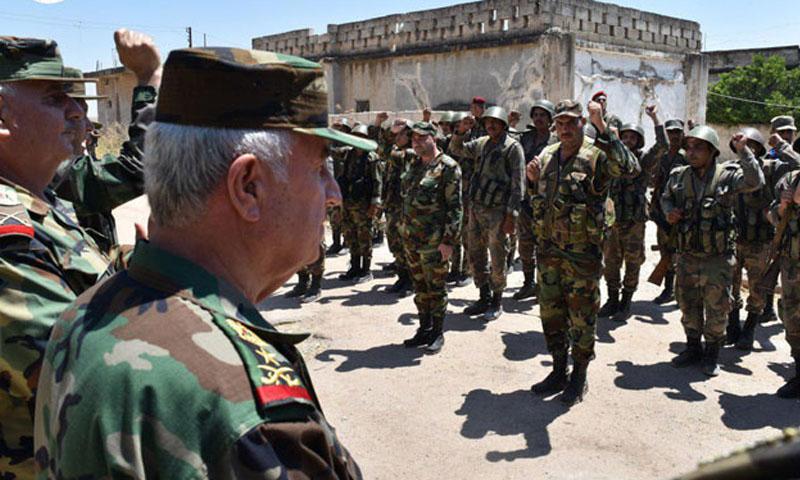 وزير الدفاع في حكومة النظام السوري علي عبد الله أيوب في زيارة إلى بلدة الهبيط- 11 آب 2019 (سانا)