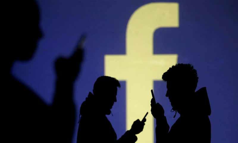 مستخدمون لموقع التواصل الاجتماعي فيس بوك (AFP)