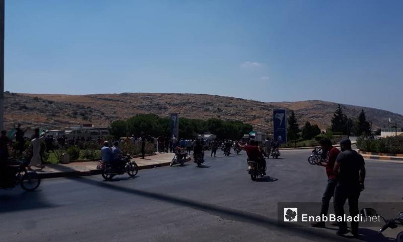 متظاهرون يقتحمون معبر باب الهوى الحدودي مع تركيا - 30 من آب 2019 (عنب بلدي)