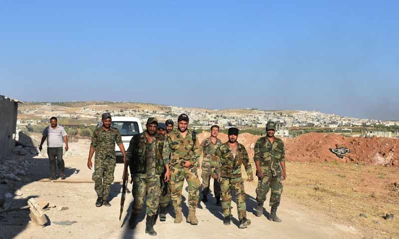 عناصر من قوات الأسد في مدينة خان شيخون بريف إدلب - 22 من آب 2019 (AFP)