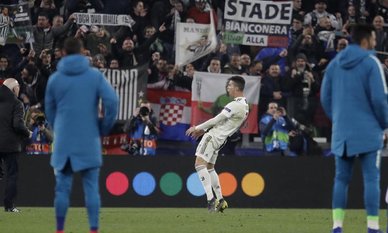 كريستيانو رونالدو يحتفل بعد تسجيله الهدف الثالث لفريقه في مرمى أتلتيكو مدريد (AP)