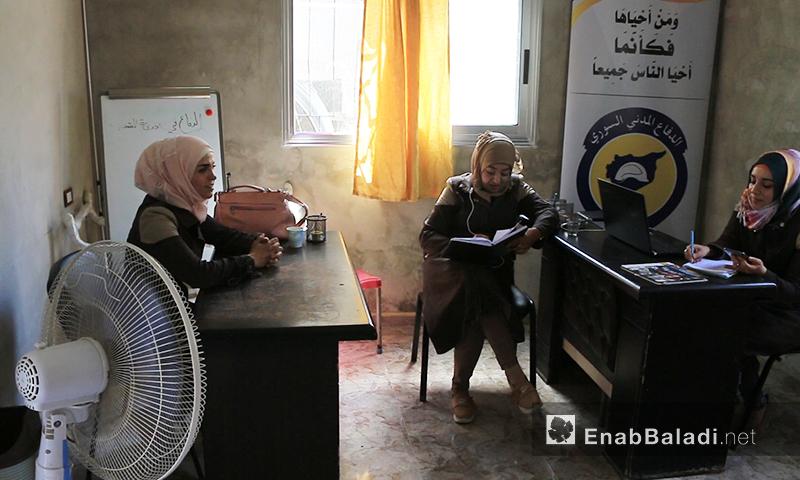 فاطمة عارف مع زميلتيها خلال يوم عمل في مركز الدفاع المدني بريف اللاذقية