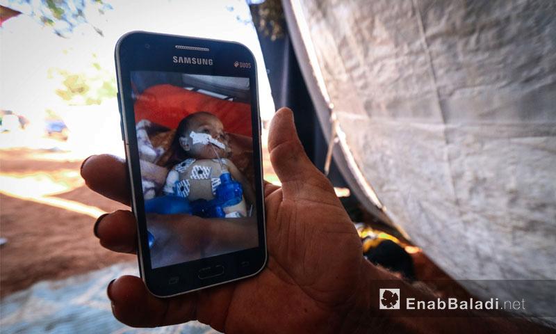 أصيب ابنهم أحمد، البالغ من العمر ستة أشهر، بمرض ذات الرئة، وعجز عن التنفس حتى بعد استمرار تلقيه للعلاج في المركز الصحي مدة عشرة أيام