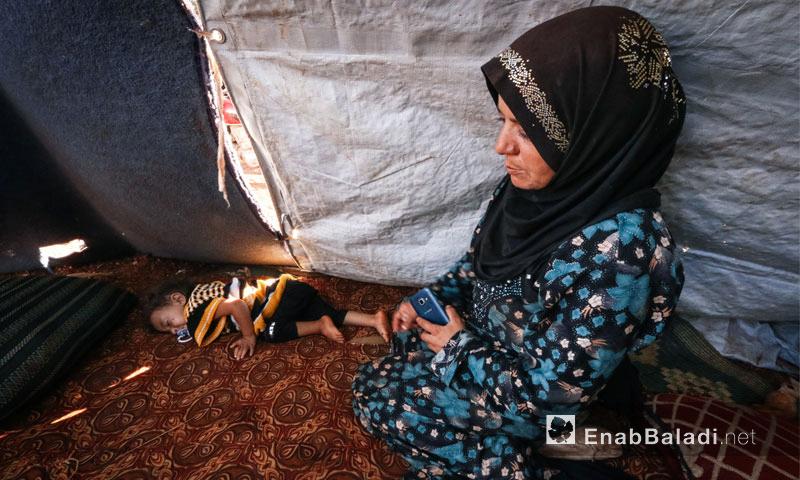 هديل العبدو طفلة تعاني من جرثومة في الدم تسبب لها الألم وتبقيها طريحة على أرض المخيم القاسية، تشاركها والدتها إيمان الألم وهي ترقبها عاجزة عن منحها الراحة