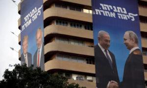 """ملصق لنتنياهو يصافح بوتين في الحملة الانتخابية لنتنياهو على بناء حزب """"الليكود"""" (رويترز)"""