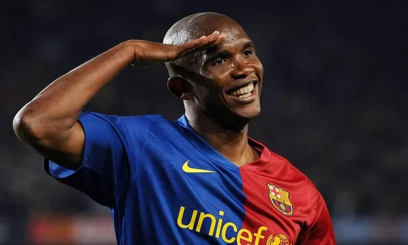 اللاعب الكاميروني صاموئيل إيتو رفقة برشلونة الإسباني (إنترنت)