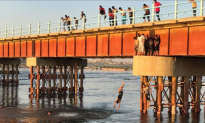 مواطنون يتوجهون للسباحة في نهر الفرات في محافظة الرقة - 30 آب 2019 (المصور عبود حمام)