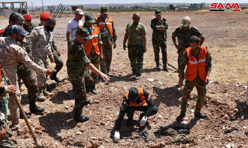 مقبرة جماعية لعناصر قوات الأسد في منطقة خان شيخون بريف إدلب الجنوبي (سانا)