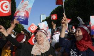 مناصرون للمرشح التونسي عبد الفتاح مورور في الانتخابات التونسية (AFP)