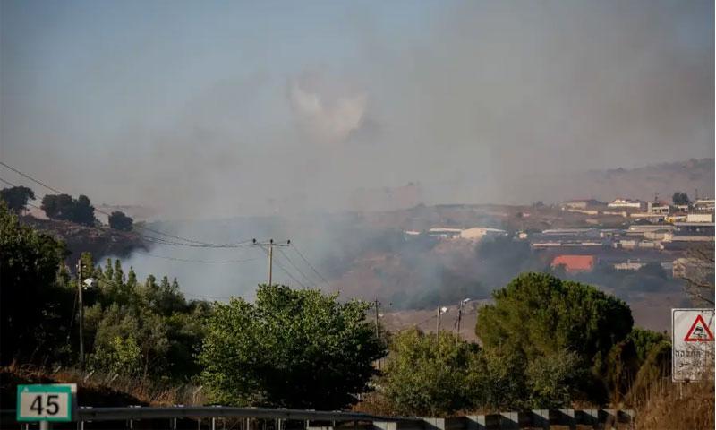"""الدخان يتصاعد قرب الحدود الإسرائيلية اللبنانية إثر استهداف """"حزب الله"""" لآلية إسرائيلية - 1 أيلول 2019 (Flash90)"""