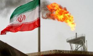 العلم الإيراني قبالة حقول سوروش النفطية - 2005 (رويترز)