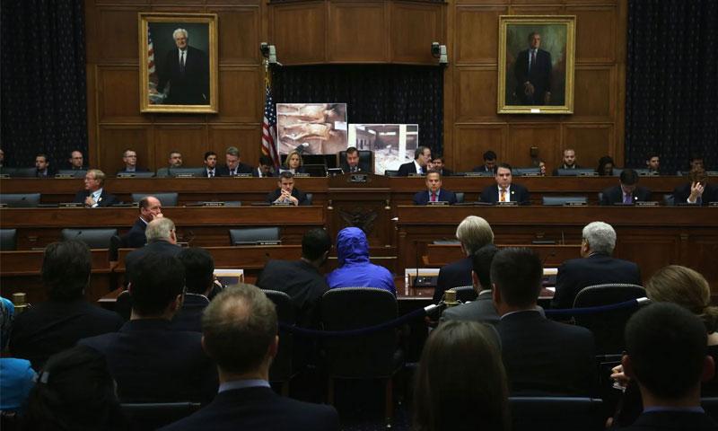 """الضابط السوري """"قيصر"""" يشهد أمام لجنة العلاقات الخارجية التابعة لمجلس النواب الأمريكي - 31 تموز 2014 (Getty)"""