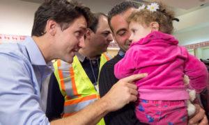 رئيس الوزراء الكندي جاستن ترودو يستقبل اللاجئين السوريين في كندا - 2015
