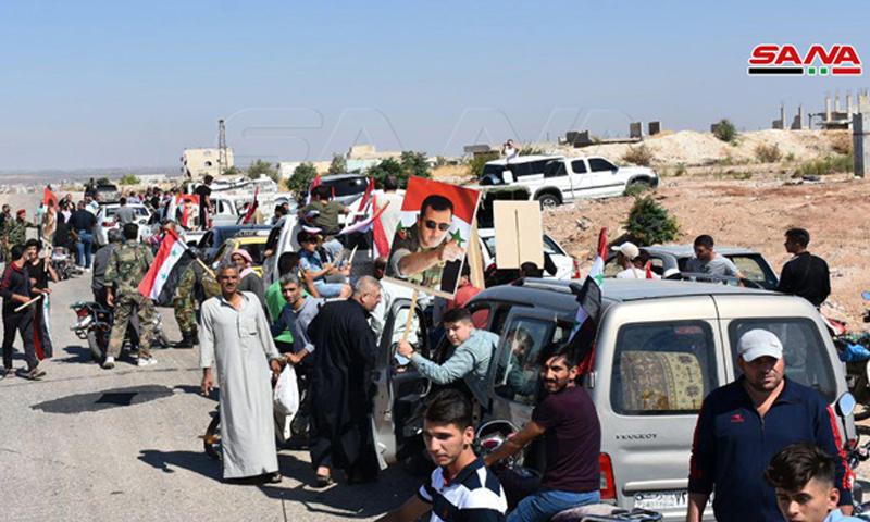 مدنيون قال النظام السوري إنهم عادوا إلى منازلهم في مدينة مورك بريف حماة - 25 من أيلول 2019 (سانا)