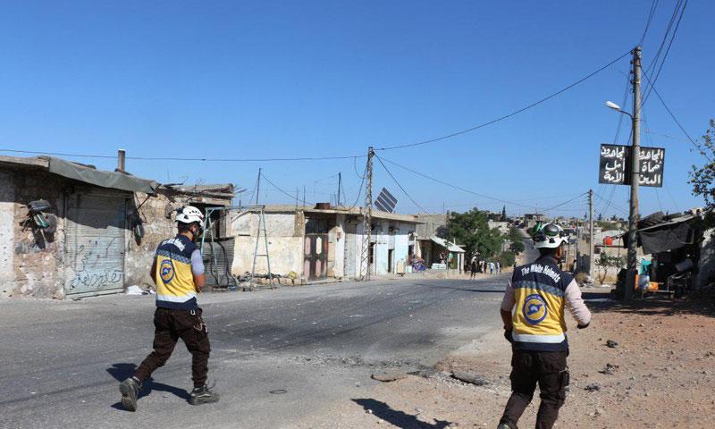 عناصر الدفاع المدني في أثناء التوجه إلى مناطق تعرضت للقصف في ريف إدلب الجنوبي، 21 من أيلول 2019 (الدفاع المدني السوري)