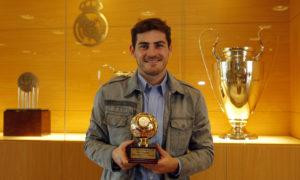 الحارس الإسباني إيكر كاسياس يحمل جائزة أفضل حارس في العالم (IFFHS)