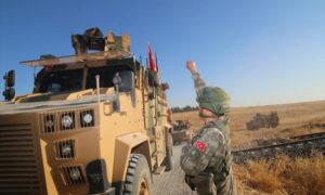 جندي تركي في أثناء تسيير الدورية الثانية شرق الفرات في إطار المنطقة الآمنة -24 من أيلول 2019 (وزارة الدفاع التركية)