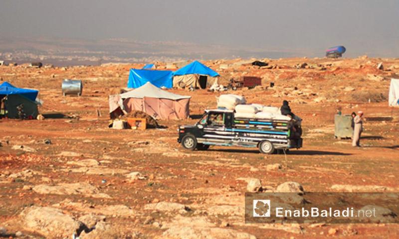 """شاحنة """"حلفاوية"""" تتوسط خيم النازحين في ريف حماة (عنب بلدي)"""