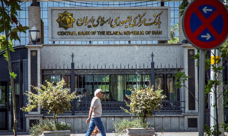 البنك المركزي الإيراني في طهران (رويترز)