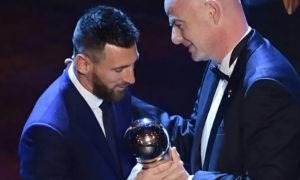 """ليونيل ميسي يتسلم جائزة """"الأفضل"""" التي يمنحها اتحاد كرة القدم الدولي لأفضل لاعب (AFP)"""