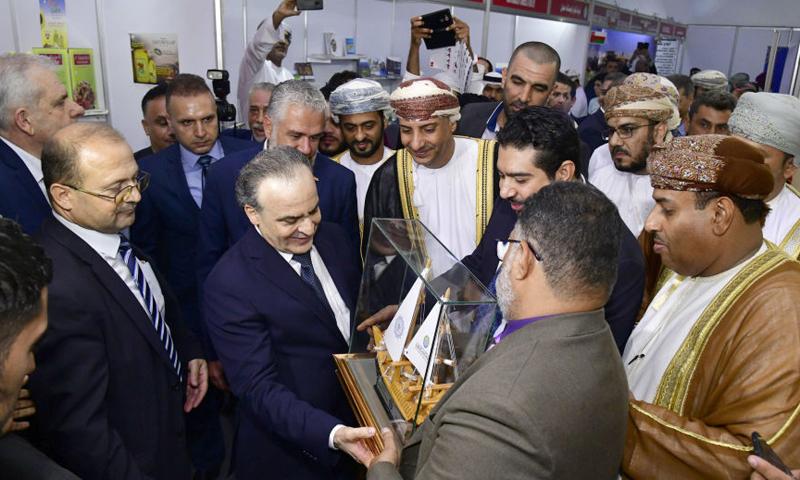 وفد اقتصادي عماني وإماراتي إلى جانب رئيس وزراء حكومة النظام عماد خميس (سبوتنيك)