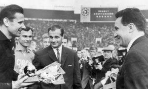 """ليف إيفانوفيتش ياشين يتسلم جائزة """"الكرة الذهبية"""" (فرانس فوتبول)"""