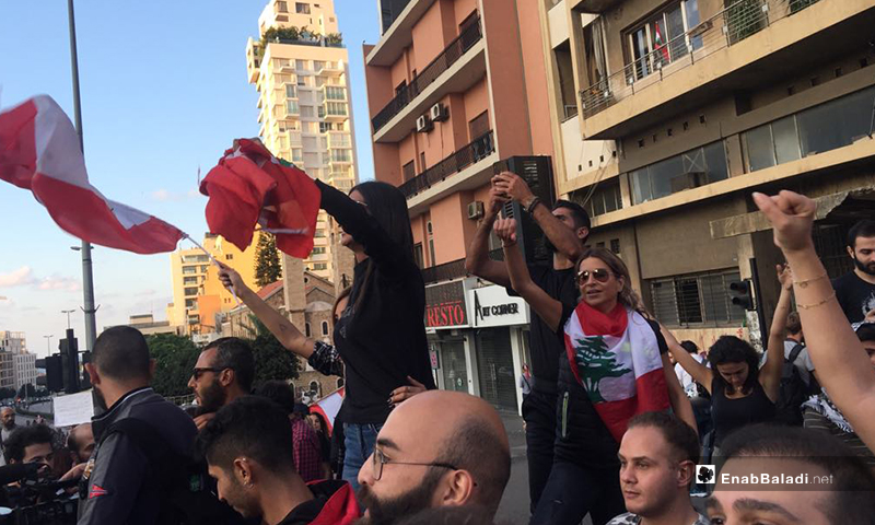 المتظاهرون في العاصمة اللبنانية بيروت يعيدون تركيب الخيام في ساحة الشهداءضمن احتفالات بعد استقالة  حكومة الحريري 30 تشرين الأول 2019 (عنب بلدي)
