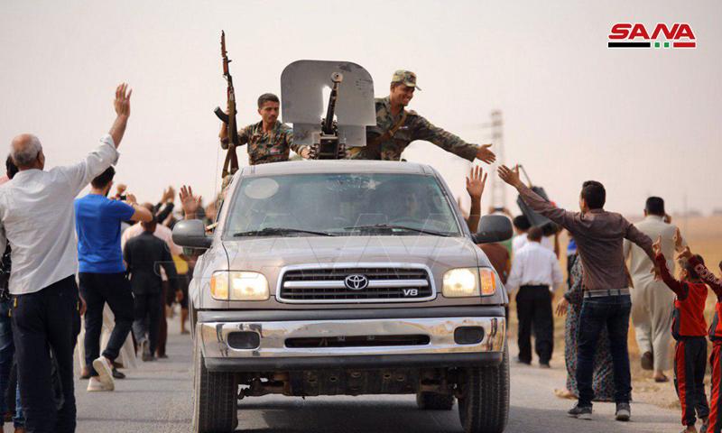 عناصر من قوات الأسد في أثناء دخولهم لبلدة عين عيسى في ريف الرقة الشمالي - 14 من تشرين الأول 2019 (سانا)
