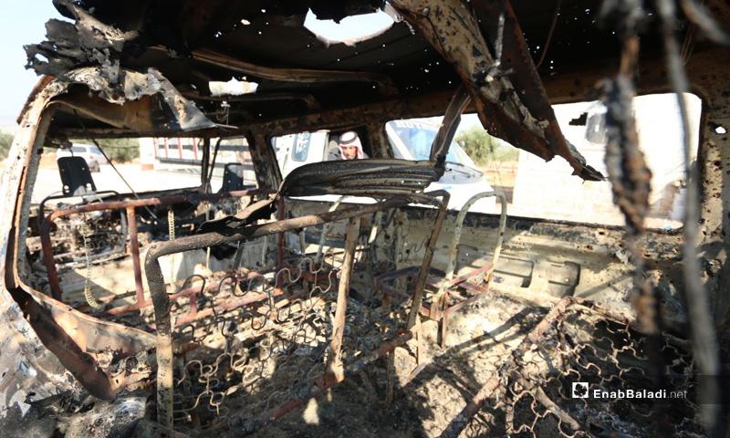 سيارة محترقة جراء الاستهداف الأمريكي في باريشا بمحافظة إدلب- 27 من تشرين الأول 2019 (عنب بلدي)