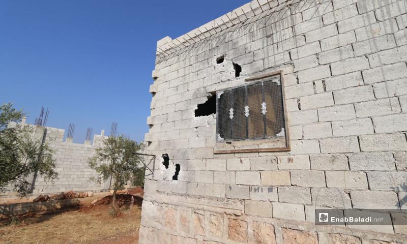 منزل متضرر في بلدة باريشا في محافظة إدلب بعد اشتباكات قامت بها قوات أمريكية- 27 من تشرين الأول 2019 (عنب بلدي)