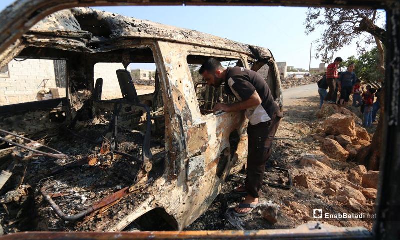 باص محترق جراء استهدافه خلال عملية الإنزال الأمريكي في باريشا بمحافظة إدلب- 27 من تشرين الأول 2019 (عنب بلدي)