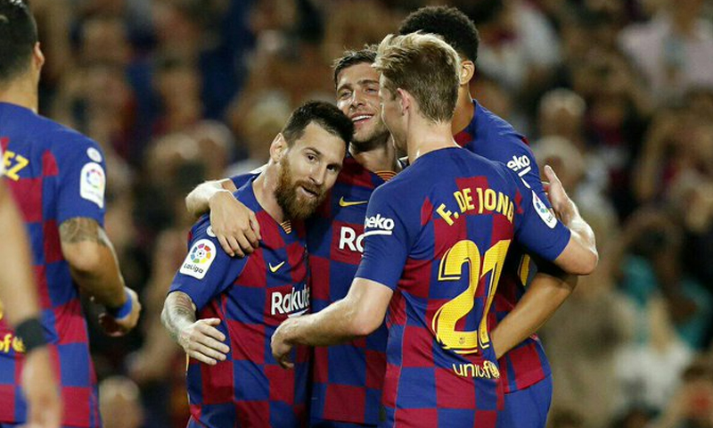 مهاجمو نادي برشلونة الإسباني يحتفلون بهدف (تويتر برشلونة)