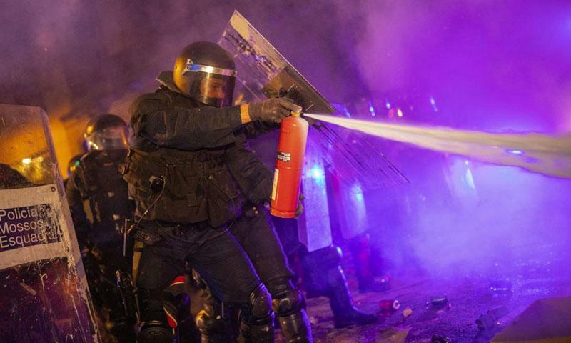 الشرطة الإسبانية تواجه المتظاهرين في مقاطعة كاتلونيا - 15 تشرين الأول 2019 (AP)