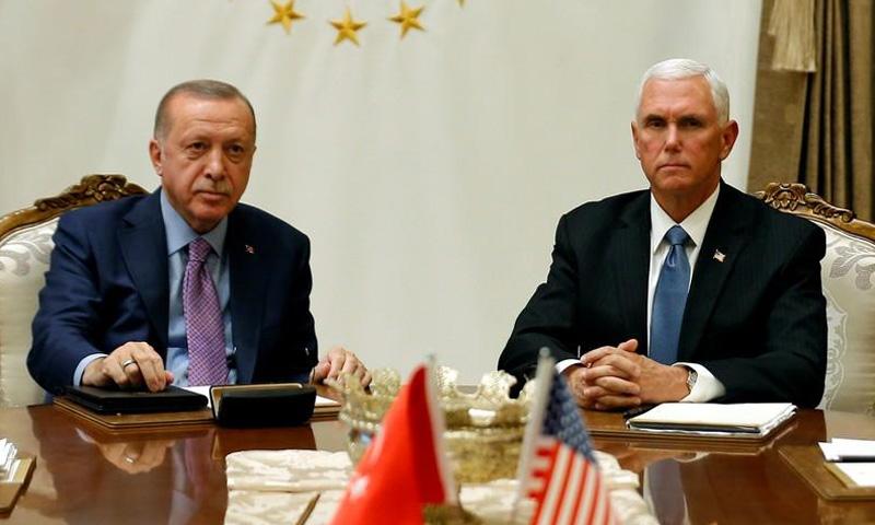 الرئيس التركي رجب طيب أردوغان ونائب الرئيس الأمريكي مايك بنس خلال محادثات في أنقرة (رويترز)