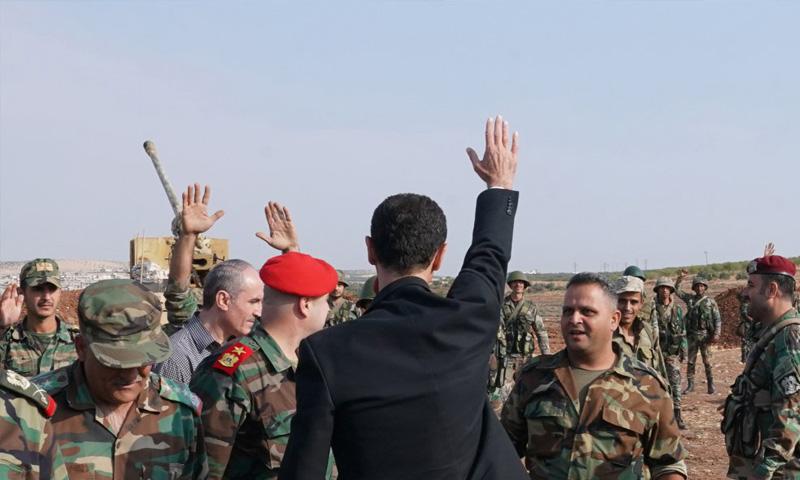 رئيس النظام السوري بشار الأسد يلقي بالتحية على عناصر قوات النظام جنوب إدلب(رئاسة الجمهورية)