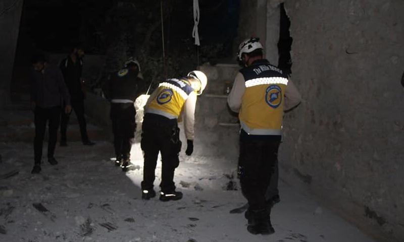 """عناصر من """"الدفاع المدني"""" في استجابة للقصف على قرية البارة في إدلب (الدفاع المدني تويتر)"""