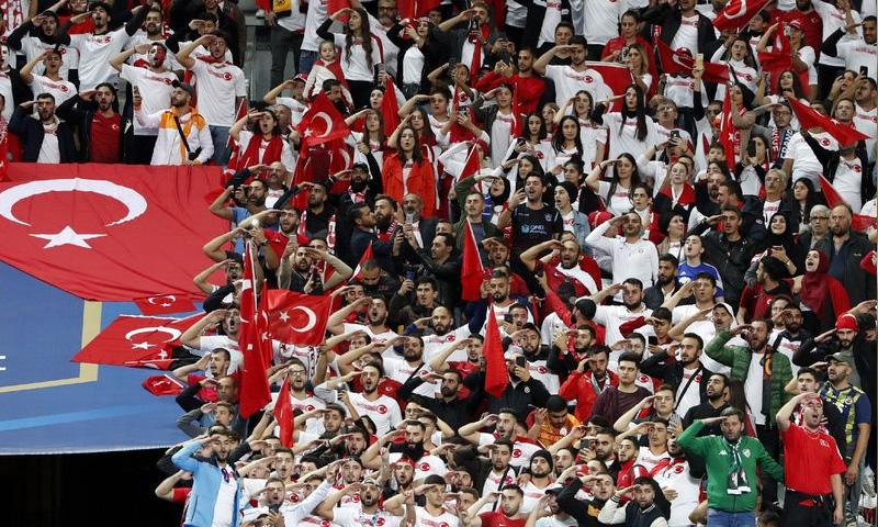 جماهير تركية تقوم بتحية الجيش التركي في ملعب حديقة الأمراء في باريس (AP)