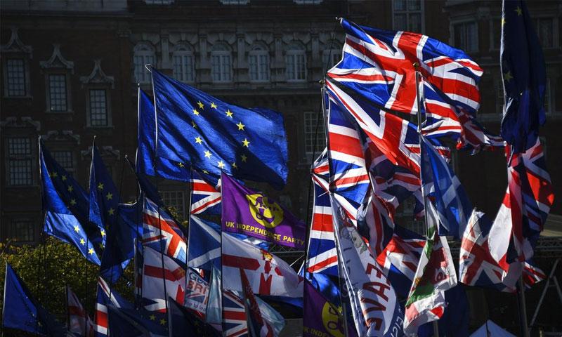 أعلام الاتحاد الأوروبي وبريطانيا أمام البرلمان البريطاني - 28 تشرين الأول 2019 (AP)