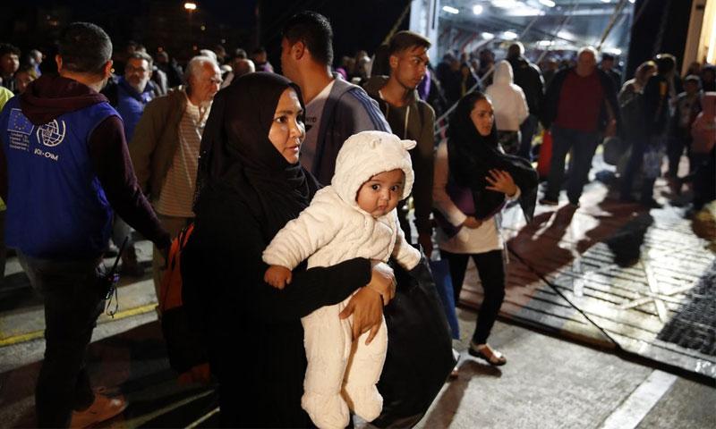 مهاجرون ولاجئون نقلتهم السلطات اليونانية من جزيرة ليسبوس إلى بر اليونان - 7 تشرين الأول 2019 (AP)