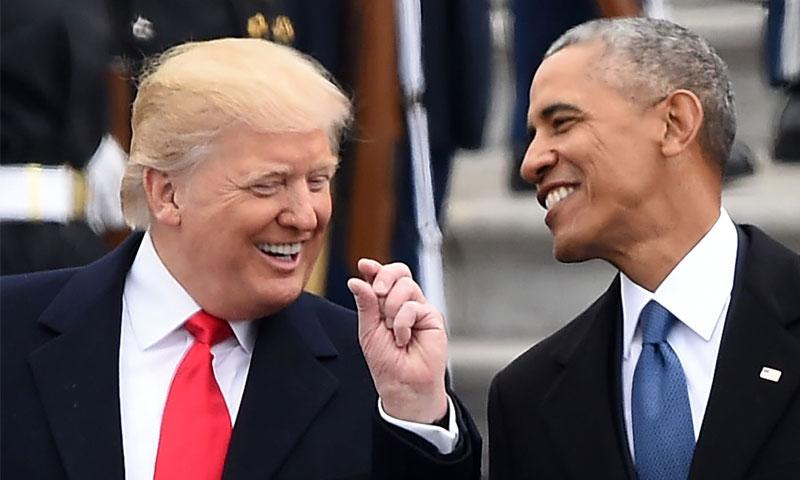 الرئيس الأمريكي دونالد ترامب مع سلفه باراك أوباما في العاصمة الأمريكية - 20 كانون الثاني 2017 (AFP)