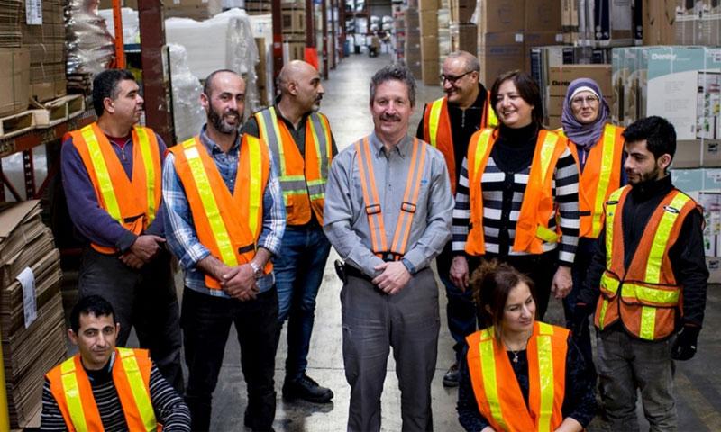 جيم إيستل مع اللاجئين السوريين في شركة دانبي - 2017 (UNCHER)