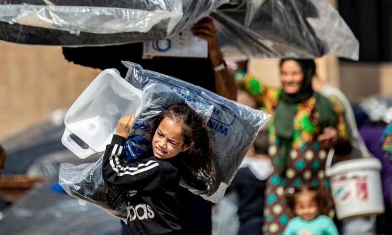 نازحون سوريون فروا من منازلهم في بلدة رأس العين الحدودية - 12 تشرين الأول 2019 (UNCHR)