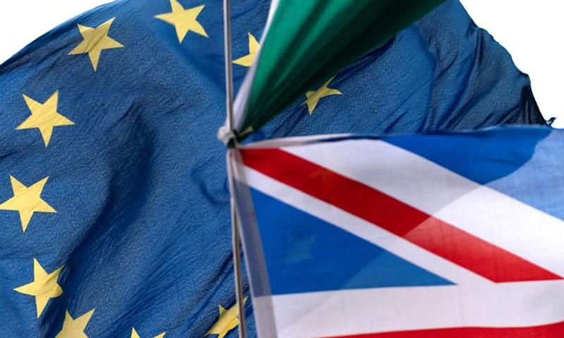 علم الاتحاد الأوروبي وعلم المملكة المتحدة (AFP)