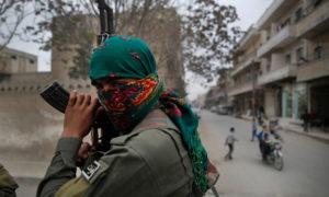 عنصر في قوات الأمن الداحلي التابع للإدارة الذاتية شرق سوريا - 2018 (حسين ملا/ أسوشيتد برس)