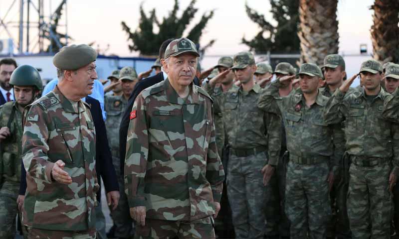 الرئيس التركي رجب طيب أردوغان ووزير الدفاع خلوصي أكار (الأناضول)