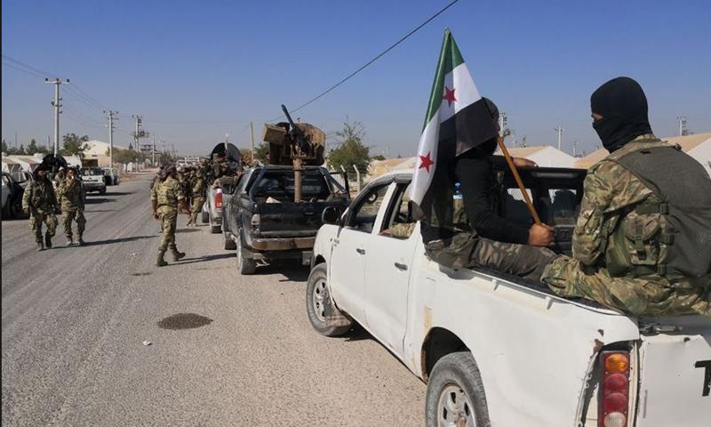 عناصر من الجيش الوطني قبالة مدينة تل أبيض من الجانب التركي - 9 من تشرين الأول 2019 (الأناضول)