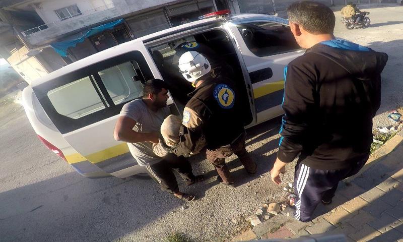 فرق الدفاع المدني تسعف جرحى القصف الصاروخي الذي استهدف جرار زراعي في ريف إدلب - 9 من تشرين الأول 2019 (الدفاع المدني)