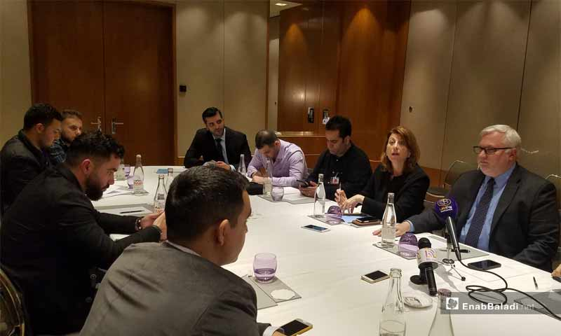 اجتماع مبعوث وزارة الخارجية الأمريكية الخاص بالشؤون السورية، جويل ريبورن، مع صحفيين سوريين في جنيف - 29 تشرين الأول 2019 (عنب بلدي)